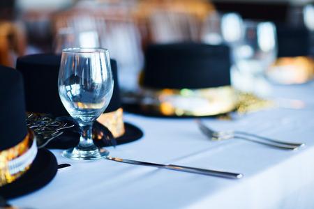 クリスマス パーティーやレストランで新年のお祝いのため美しいテーブルセッティング