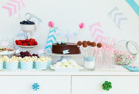 파티 테이블에 딸기, 팝콘과 카나페 선택