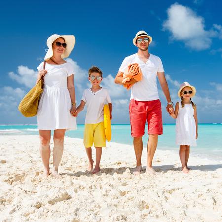 Happy mooie familie op een tropisch strand vakantie