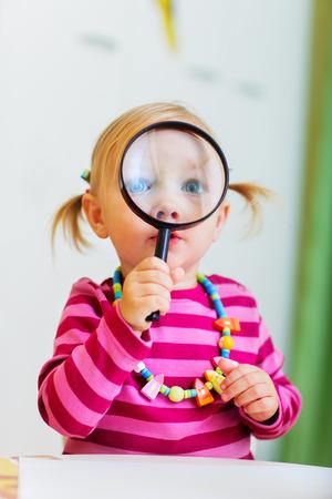 돋보기 통해 찾고 사랑스러운 아이 소녀 초기 교육 컨텍스트에 대 한 완벽 한