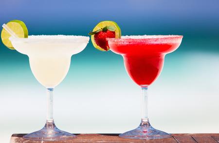 margarita cóctel: Cocteles margarita clásico y fresa en playa mexicana exótico Foto de archivo