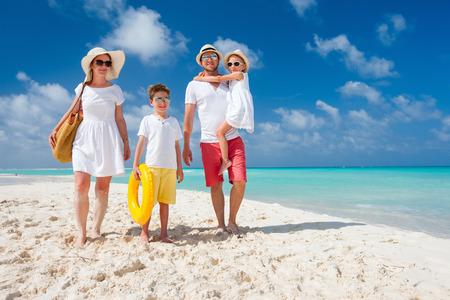 열 대 해변 휴가에 아이들과 함께 행복 한 아름 다운 가족