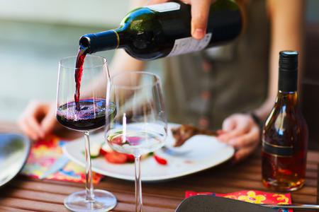 Lätt lunch med grönsakssallad och rött vin Stockfoto