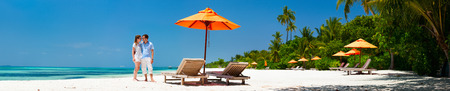 신혼 여행 휴가 동안 열 대 해변에서 로맨틱 커플, 배너 넓은 파노라마 완벽한