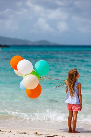 Nina Adorable Acostado En Una Toalla De Playa Durante Las Vacaciones