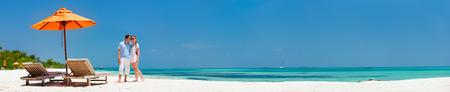 ロマンチックなカップルは新婚旅行の休暇、バナーに最適な超広角のパノラマの中に熱帯のビーチ