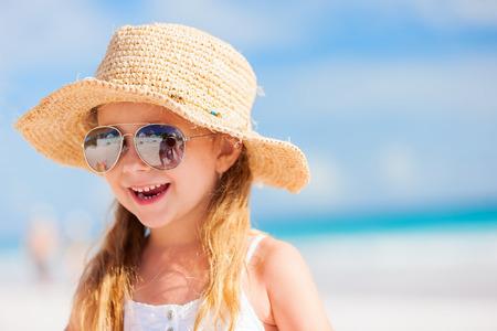 Bed�rande liten flicka p� stranden under sommarlovet Stockfoto
