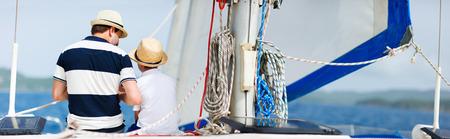 호화 요트 또는 뗏목 보트에 아버지와 아들 가족 항해의 다시보기 스톡 콘텐츠