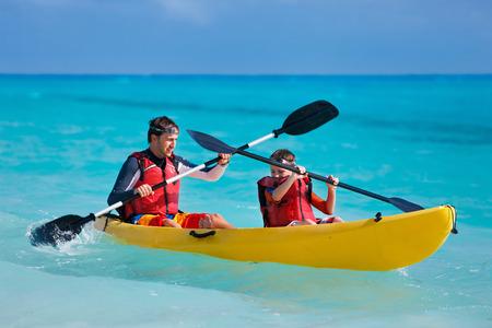 ocean kayak: Padre e hijo en kayak en el oc�ano tropical Foto de archivo