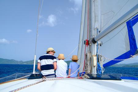 父および子供の高級ヨットやカタマラン船でセーリング