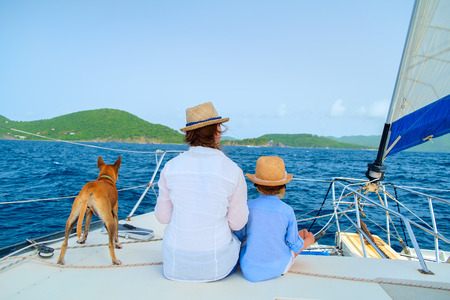 Madre, hija y su perro mascota de vela en un yate de lujo o un barco catamarán Foto de archivo - 34834562