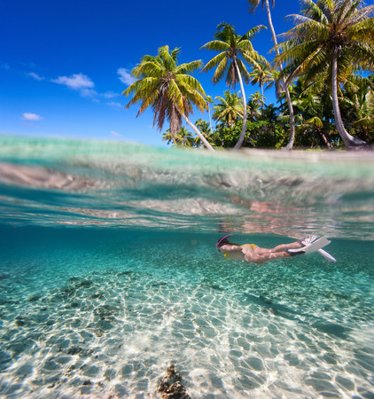 이국적인 섬 앞에 맑은 열대 바다에서 여자 수영 스톡 콘텐츠
