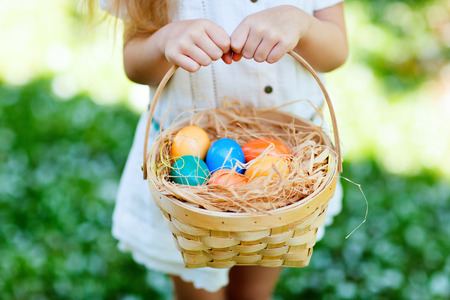 hand baskets: Close up of colorful Easter eggs in a basket Stock Photo