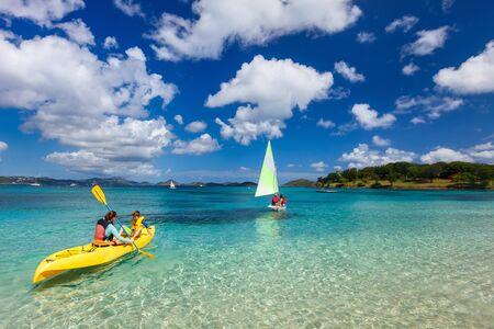 ocean kayak: Madre e hijo remar en kayak de color amarillo vivo en el agua del oc�ano tropical durante las vacaciones de verano