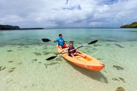 ocean kayak: Padre e hija en kayak en el oc�ano tropical