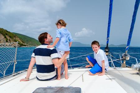 voile: P�re et enfants naviguant sur un yacht de luxe ou un bateau catamaran Banque d'images