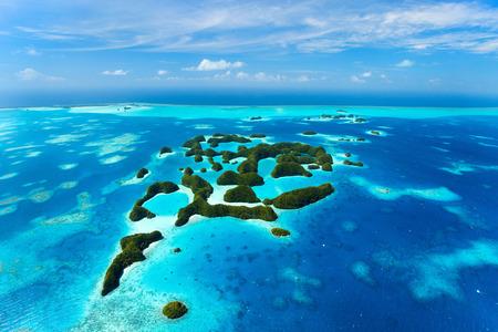 Vacker utsikt över 70 öar i Palau uppifrån