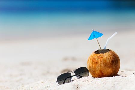 cocteles: Coctel tropical en un coco en una hermosa playa
