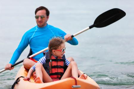 ocean kayak: Padre e hija en kayak en el océano tropical en las vacaciones de verano Foto de archivo