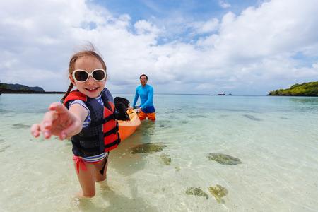 아버지와 딸 여름 방학에 열 대 바다에서 카약 스톡 콘텐츠
