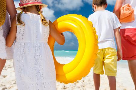여름 휴가에 열대 해변 행복한 가족의 다시보기 스톡 콘텐츠