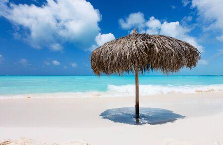 Parapluie de chaume Tropical sur une belle plage des Caraïbes à Cuba