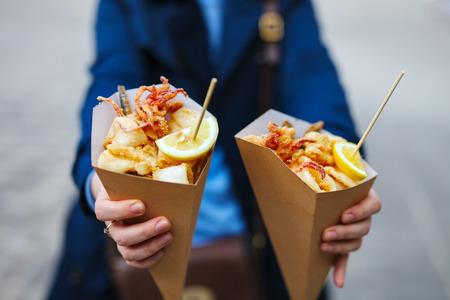 fish and chips: Comida de la calle italiana pescados mariscos a la parrilla, camarones, calamares y verduras Foto de archivo