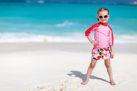 petite fille maillot de bain: Portrait de petite fille mignonne à la plage tropicale Banque d'images