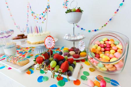 케이크, 사탕, 마시멜로, cakepops, 과일, 아이 생일 파티에서 디저트 테이블에 다른 과자 스톡 콘텐츠