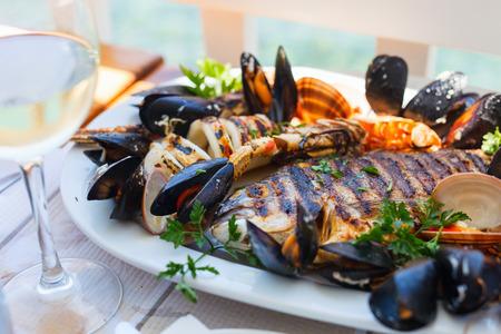 mariscos: Close up de delicioso plato de mariscos a la parrilla Foto de archivo