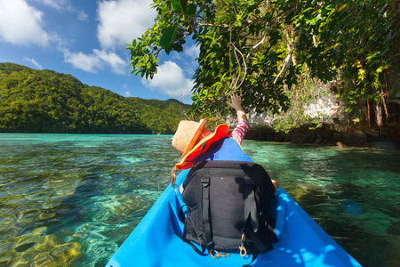 ocean kayak: Ni�a kayak con su padre en el oc�ano entre las islas tropicales durante las vacaciones de verano