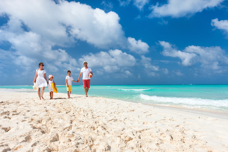 playas tropicales: Hermosa familia feliz en vacaciones de playa tropical Foto de archivo