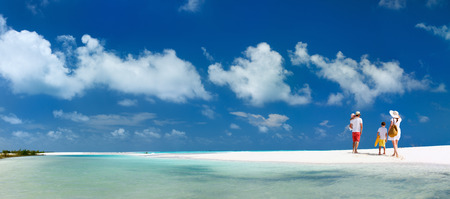 familias jovenes: Panorama de una familia feliz con los niños en vacaciones en la playa tropical Foto de archivo
