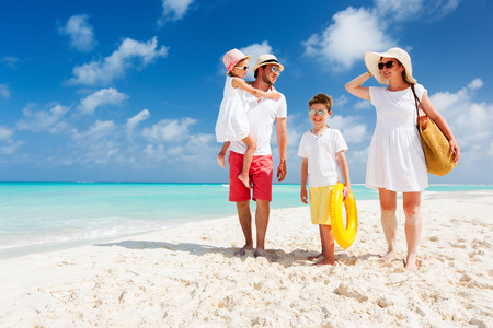 Lycklig vacker familj med barn gå tillsammans på tropisk strand under sommarlovet