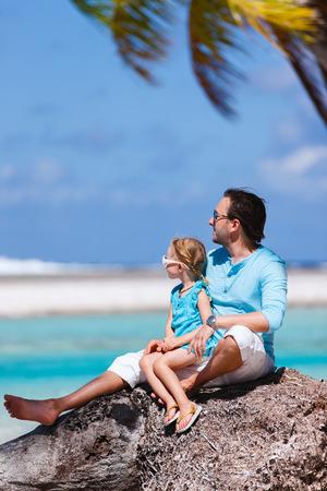 padre e hija: Padre feliz y su pequeña hija adorable disfrutando playa tropical