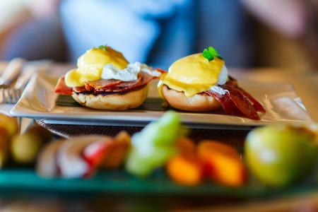 breakfast: Delicioso desayuno con huevos escalfados Benedicto