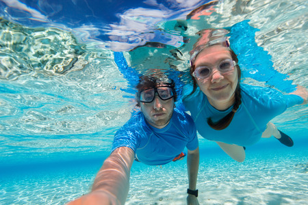 海でカップル シュノーケ リングの水中写真 写真素材