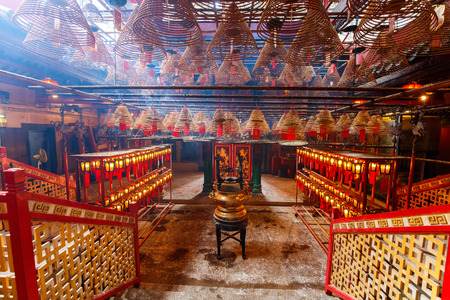 홍콩에서 향로 제물과 천장에서 매달린 코일이있는 남자 모 사원의 내부