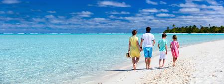 열 대 해변 휴가에 아이들과 함께 행복 한 가족의 파노라마