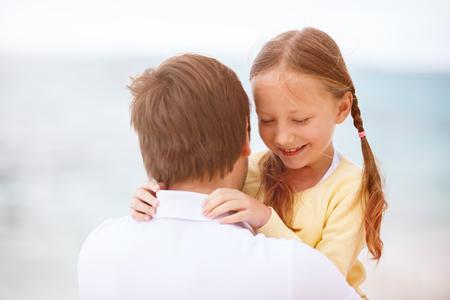 padre e hija: Padre feliz y su pequeña hija adorable al aire libre en la playa Foto de archivo
