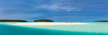 azul turqueza: Impresionante laguna tropical y exóticas islas con palmeras, arena blanca, agua turquesa del océano y el cielo azul en las Islas Cook, Pacífico Sur