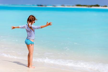 petite fille maillot de bain: Adorable petite fille sur la plage pendant les vacances d'été