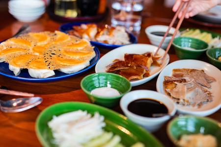 pato: Pato Pek�n - pato asado chino servido con panqueques, pepino, cebolla y salsa de ciruela.