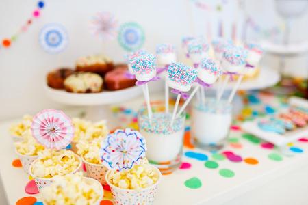 Kleurrijke decoratie van de kinderen verjaardagsfeestje tafel met marshmallows en snoep