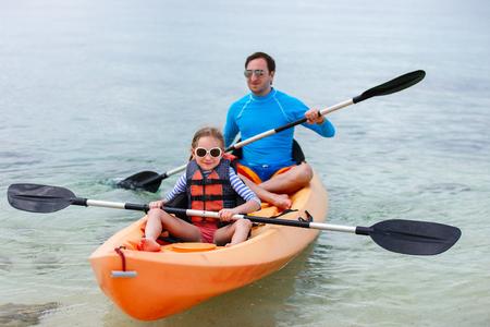 ocean kayak: Padre e hija kayak en el oc�ano tropical