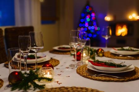 Mooie tafel instelling voor kerstfeest of Nieuwjaar feest bij de familie thuis Stockfoto - 45003420