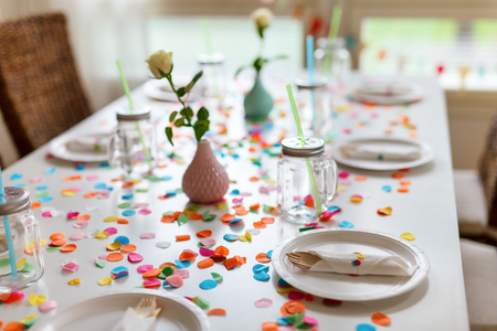 Tabelle schön für eine bunte Geburtstagsfeier dekoriert