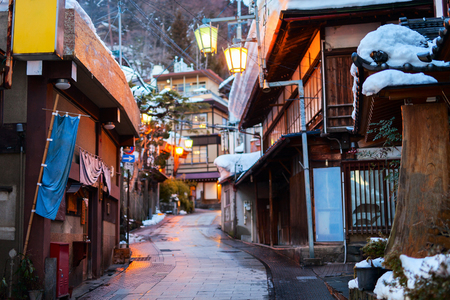 日本: 温泉リゾートの町冬の日の長野の渋温泉