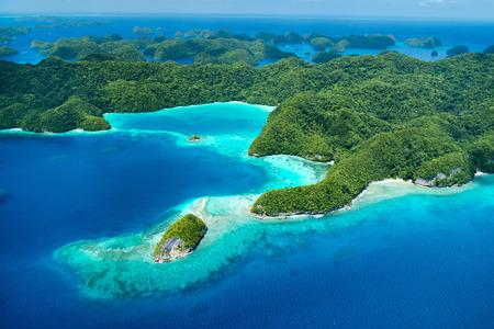 Belle vue sur les îles tropicales de Palau et de l'océan Pacifique par le haut