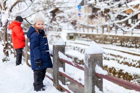 jacket: Adorable niña y el niño lindo al aire libre en el hermoso día de invierno